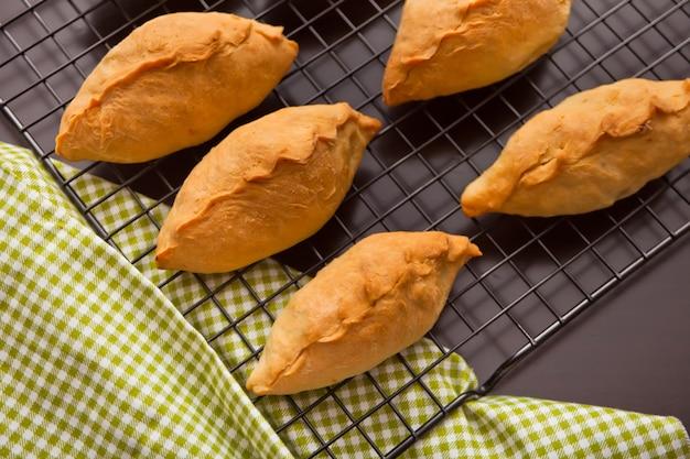 Вкусные деревенские пирожные свежие пирожки с мясом и картофелем для выпечки из металла