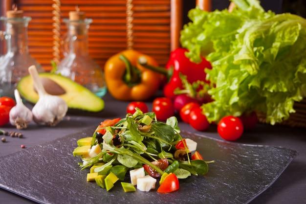 ブラックプレートの新鮮な野菜サラダ