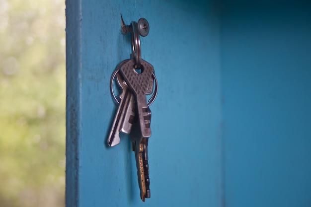 壁に掛かるキー、壁に掛かるさまざまなキー