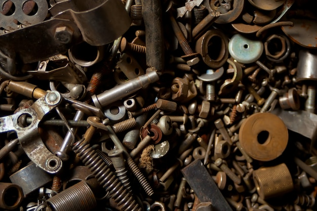 Деталь различных металлических старых болтов и гаек