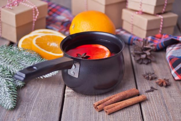 オレンジフルーツとおいしいホットワインの古い金属鍋