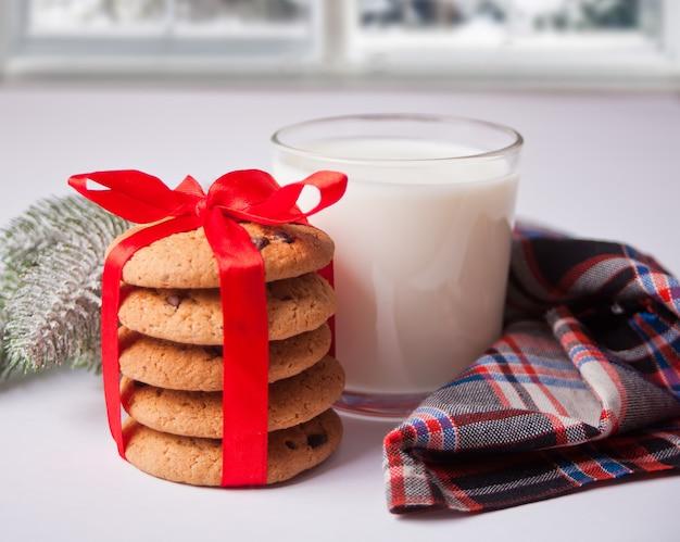 牛乳、クッキー、松の枝のガラス