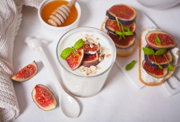 Здоровый завтрак с йогуртом, мюсли и инжир.