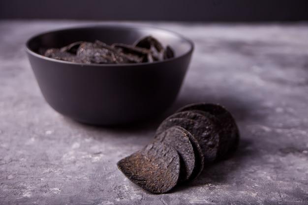 Мексиканские черные кукурузные чипсы начос для брутальных мужчин.