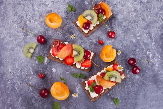 Хрустящий хлеб с творогом, фруктами и ягодами