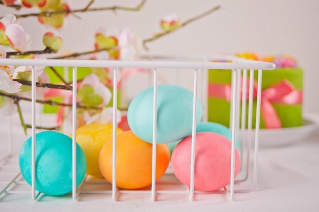 イースターの日と小さなケーキのカラフルな卵
