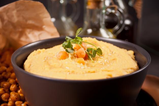 Традиционная закуска хумус с нута в черный шар.