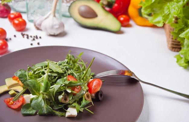 新鮮な野菜のサラダプレート