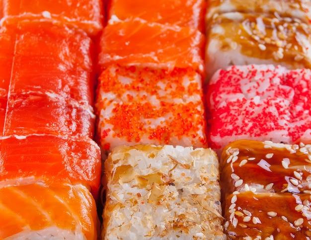 さまざまな種類の寿司