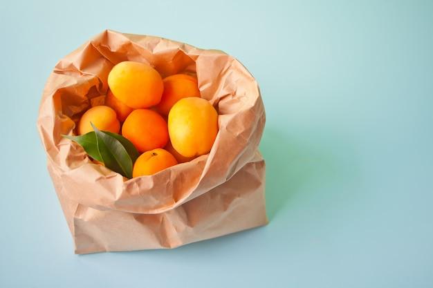 紙袋に入った新鮮な完熟アプリコット。