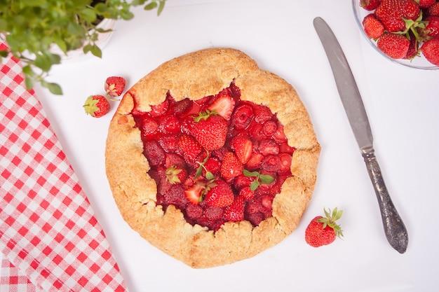 新鮮なイチゴとイチゴのガレットのタルトパイ。