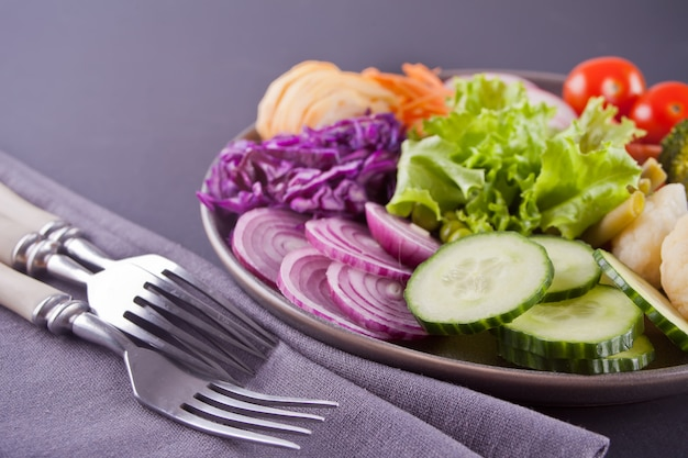 黒の背景に健康的な野菜仏ボウルランチ。