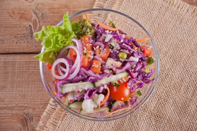 野菜のボウルで健康的なサラダ。上面図。