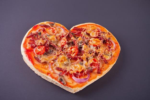 聖バレンタインの日にハートの形のピザ