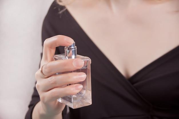 女性の手に香水瓶