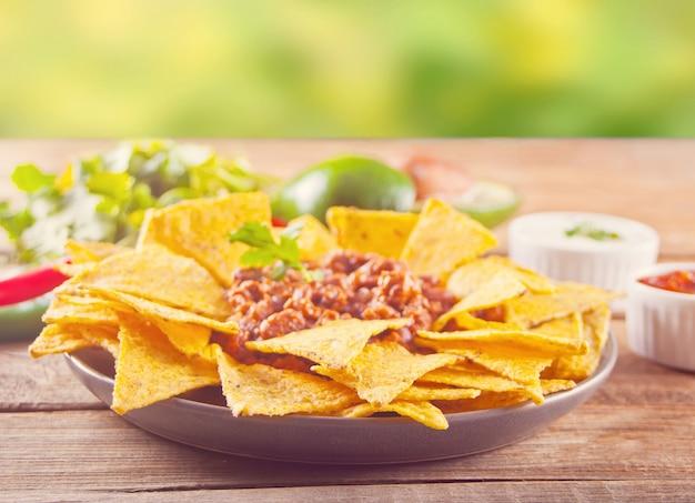 サルサディップとメキシコのコーンチップナチョス