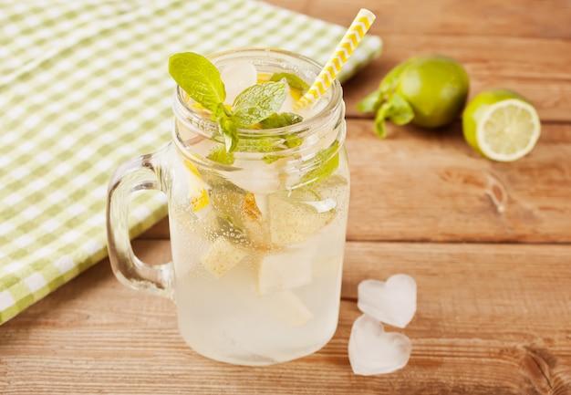 Лимонад или мохито коктейль на деревянный стол.
