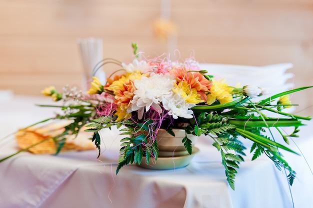 鍋に花を持つ結婚式のテーブルの装飾