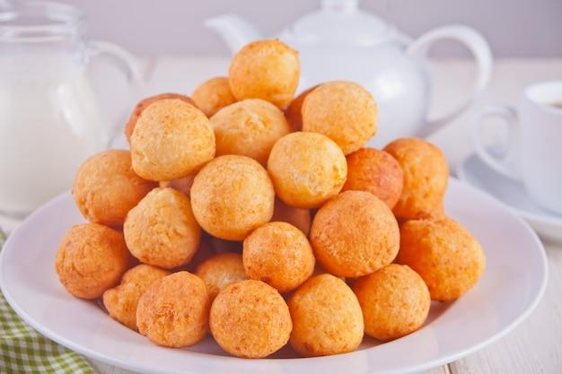 焼きたての自家製カッテージチーズドーナツの小さなボール