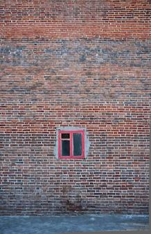 古いビンテージグランジレンガの壁と小さな窓