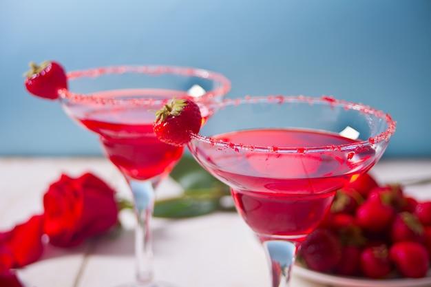 澄んだグラスで赤のエキゾチックなアルコールカクテル