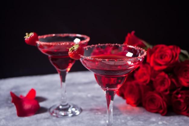 透明なメガネで赤のエキゾチックなアルコールカクテル