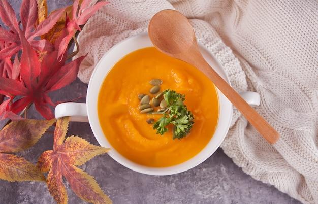健康的な食事のニンジンクリームスープ。