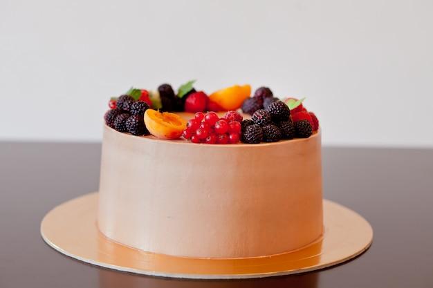 Шоколадный торт с ягодами на столе