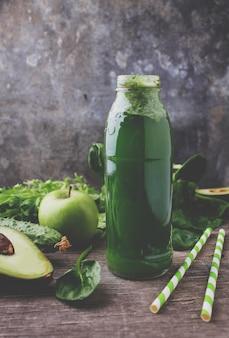 ほうれん草、アボカド、きゅうり、りんごの新鮮な緑のスムージー。