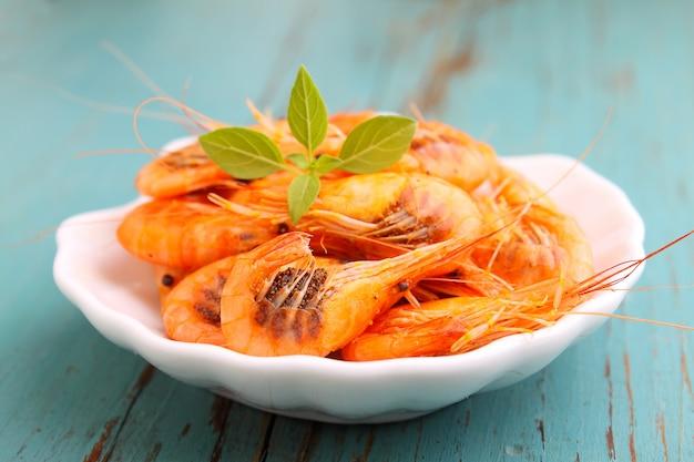 青色の背景に小さなエビ(甲殻類)。伝統的なオデッサ料理