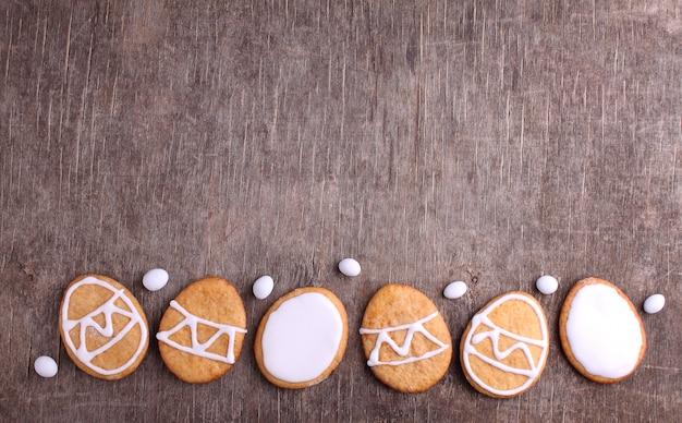 イースターを祝うためのお菓子。イースターエッグの形をしたクッキー。