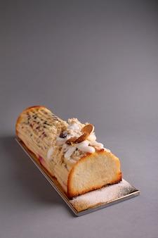Традиционный пасхальный десерт из творога с изюмом, орехами и цукатами