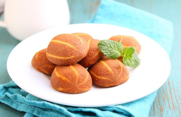 プレート上のミントで飾られたバナナチョコレートクッキー