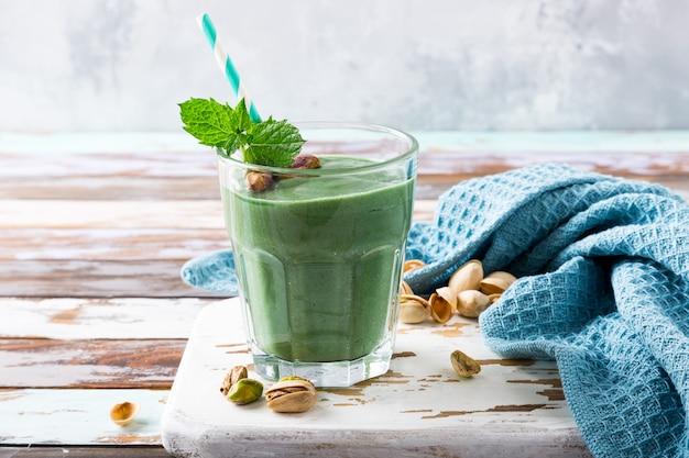 Здоровый зеленый коктейль с мятой и фисташками