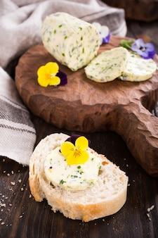 Бутерброд с травами и съедобными цветами масла