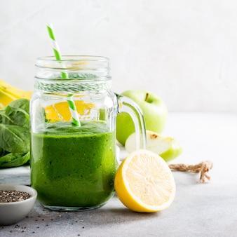 Здоровый зеленый коктейль со шпинатом в стеклянной банке