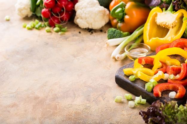 有機健康食品の背景のコンセプトです。新鮮な生のカラフル野菜。スペースをコピーします。