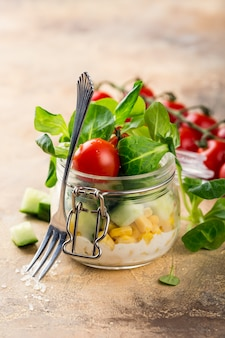 子羊のレタスと野菜のサラダとガラスの瓶。