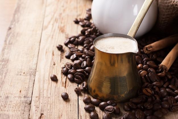 素朴な木製の背景に古いコーヒーポット