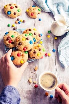 カラフルなチョコレート菓子と自家製クッキー