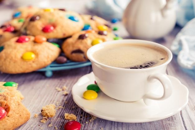 自家製クッキーとコーヒーカップ