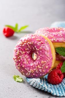 灰色の背景にピンクのドーナツ