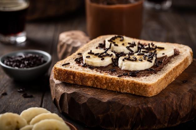 Вкусный бутерброд с шоколадом и бананом
