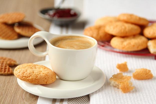 皿の上のココナッツクッキーとエスプレッソのカップ