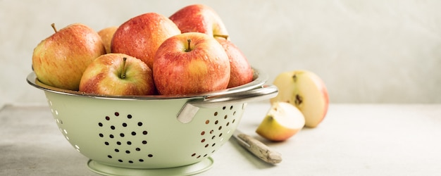 Свежие яблоки в металлическом сите