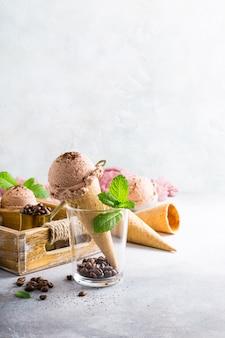 Вафельные рожки с кофейным мороженым