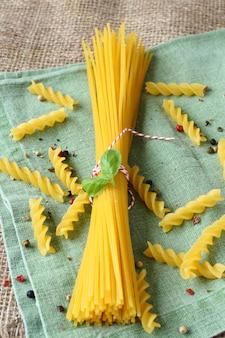 トウモロコシと米粉のブレンドからの未調理グルテンフリーパスタ