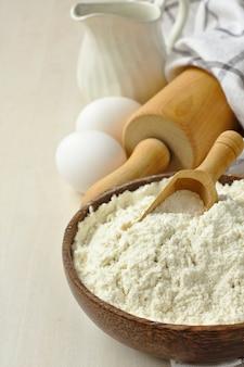 Домашняя безглютеновая смесь муки из рисовой муки, пшенной муки, картофельного крахмала и ксантановой камеди в деревянной миске совок