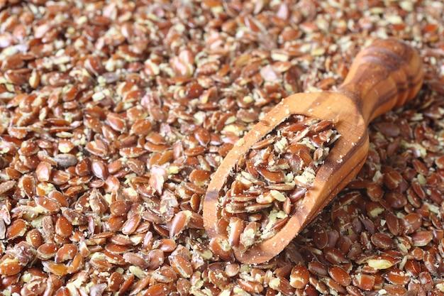 Разбитые семена льна в деревянных ложках (содержат много клетчатки)