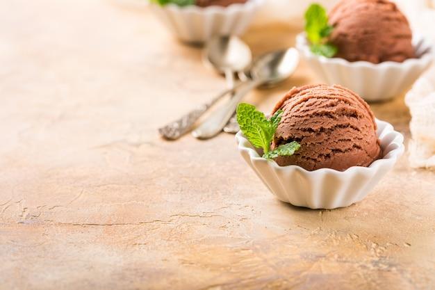 Шоколадное мороженое в белой миске.